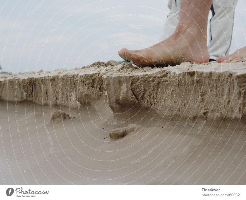 Fuß tritt auf kleine Sandklippe Strand Klippe Ostsee Ecke