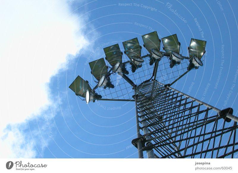 Flutlicht Himmel blau weiß Wolken dunkel Stil Lampe hell frisch Stahl Strommast kämpfen Rennbahn Gitter Sportler Baugerüst
