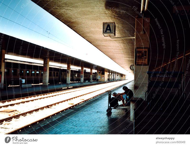 nix dolce vita Ferien & Urlaub & Reisen Bahnsteig Italien Gegenlicht Gleise trist Trauer fahren Eisenbahn Bahnhof warten auto geklaut Sonne