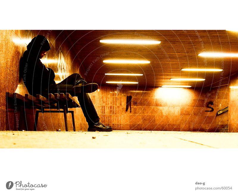 FuGäTu, Bank1 Einsamkeit Lampe orange warten Bank Dresden Tunnel Neonlicht Sachsen Warmes Licht