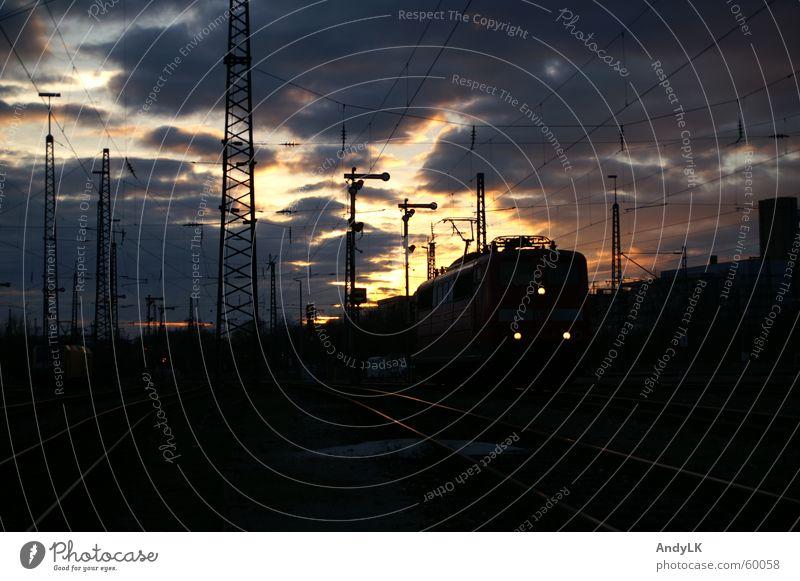 Aufbruch in die Nacht Lokomotive Sonnenuntergang Fahrleitungsmast Wolken München Oberleitung Außenaufnahme Bahnhof 151 hp0 Abend Signal Eisenbahn rangierbahnof