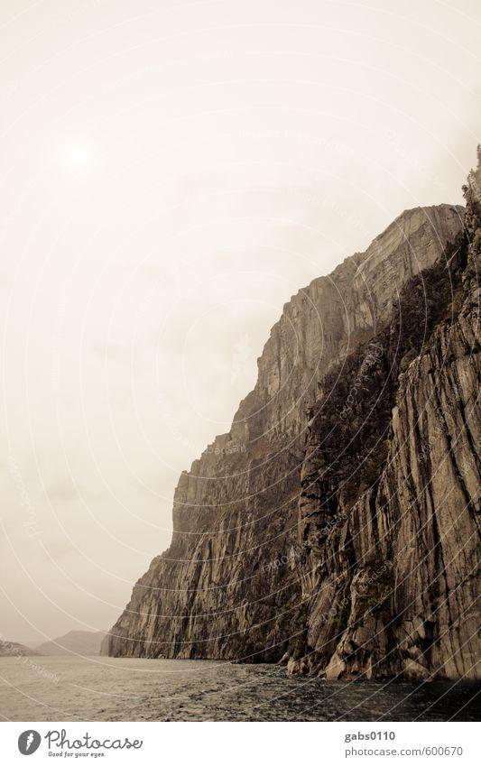 Fjord I Natur weiß Baum Landschaft Wolken Ferne schwarz kalt Berge u. Gebirge Umwelt Herbst Küste natürlich außergewöhnlich braun Felsen