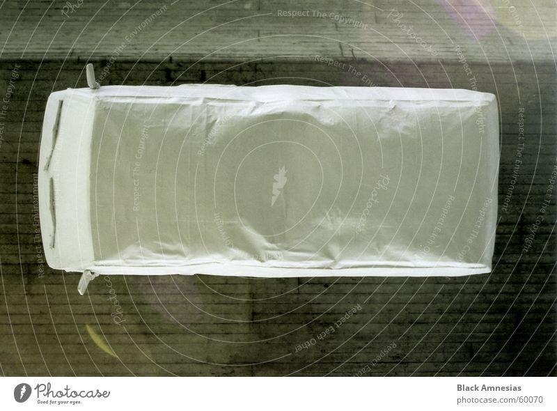 neuerdings werden automobile zum zwecke der sauberkeit verhüllt weiß PKW Decke Hannover Bettlaken verpackt hängend Bettwäsche Schnellstraße