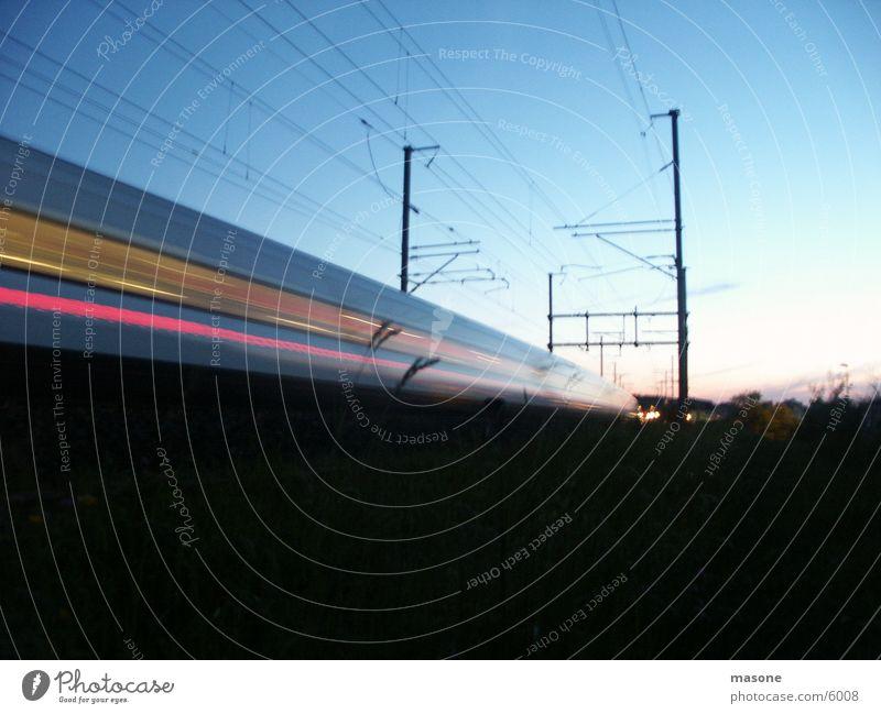 *wusch* Eisenbahn Gleise Geschwindigkeit Langzeitbelichtung Verkehr Weltausstellung Bahnhof