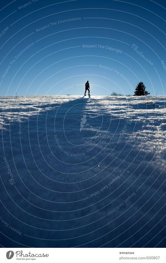 die Winterfrau Mensch Frau Himmel Natur Ferien & Urlaub & Reisen blau Baum Einsamkeit Landschaft Freude Winter Ferne kalt Erwachsene Berge u. Gebirge Schnee
