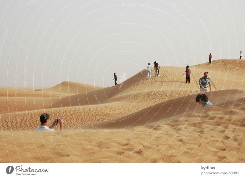 The future is... Mensch Dubai Sand Wüste orange