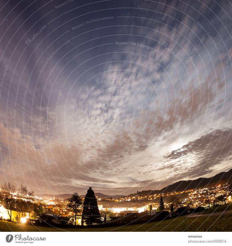 eines Nachts über der Stadt Himmel Stadt Baum Landschaft Wolken Haus dunkel Berge u. Gebirge Gebäude Lampe hell Wetter Park leuchten Energiewirtschaft Klima