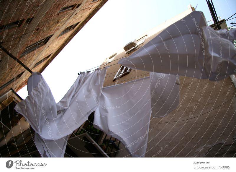 Nicht nur sauber sondern rein! Wäsche weiß Sauberkeit Hinterhof Italien Sizilien Bettwäsche Luft luftig frisch Waschmittel mediteran Wind Farbe clothes white