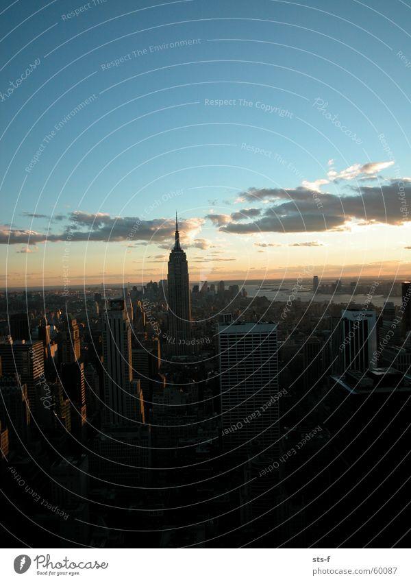 Die letzten Sonnenstrahlen schön Himmel blau Stadt ruhig Wolken Ferne Regen Hochhaus Perspektive USA Aussicht Skyline Fernweh New York City