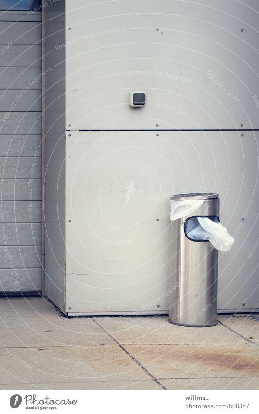 dr. phil. fraß Kunststoffmüll Müll Papierkorb Müllbehälter Müllsack Müllentsorgung Metall urban grau Aschenbecher Steckdose Mauer Wand Farbfoto Außenaufnahme