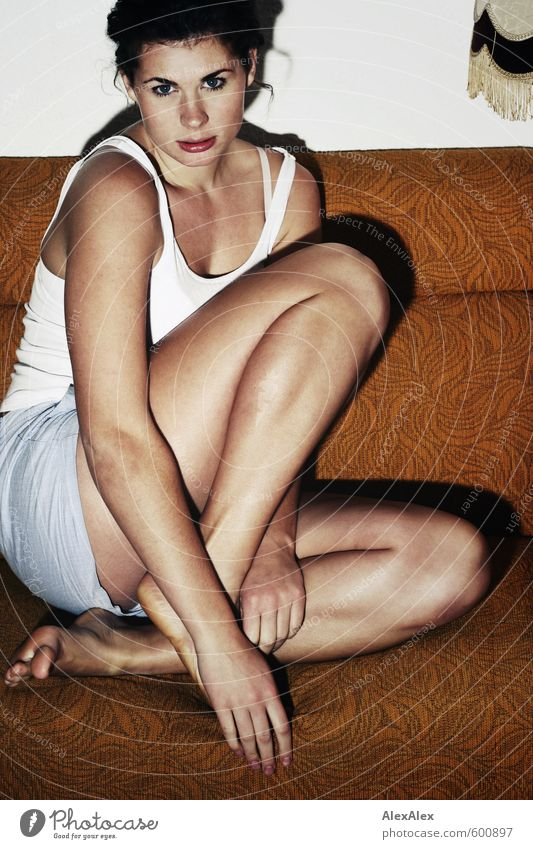 Spannend! Jugendliche schön Junge Frau 18-30 Jahre Gesicht Erwachsene Erotik Beine Fuß sitzen groß Kraft beobachten retro dünn sportlich