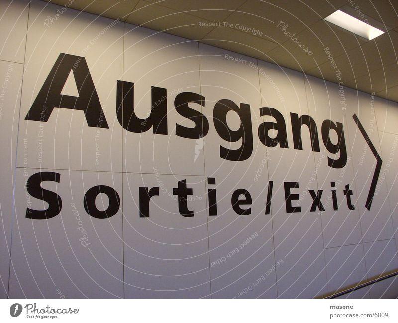Ausgang Wand Architektur Tür Schriftzeichen Beschriftung