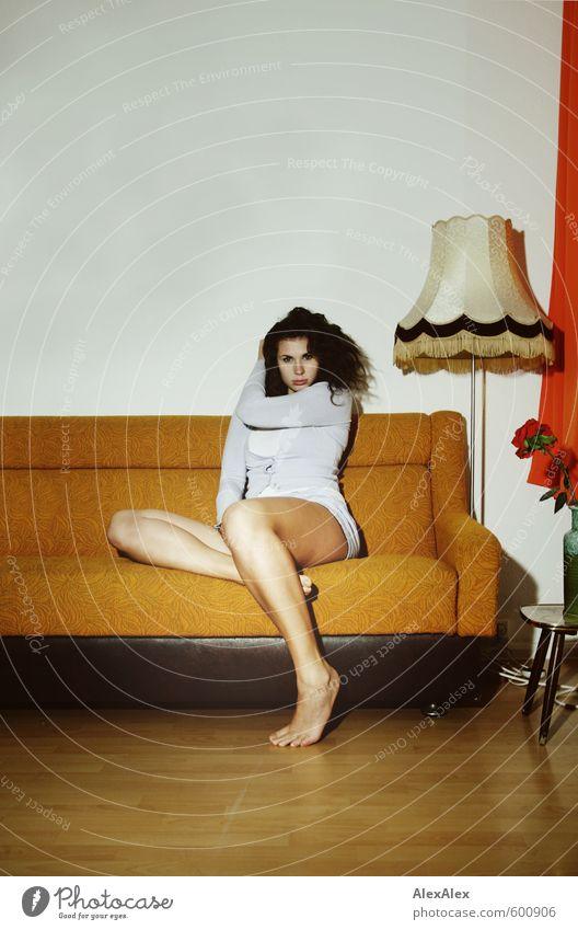 Die beliebteste Couchsurferin! Junge Frau Jugendliche Beine Fuß 18-30 Jahre Erwachsene Blume Wohnzimmer Sofa Stehlampe Unterwäsche Strickjacke Unterhemd Barfuß