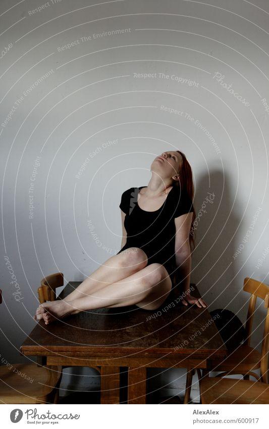 Schöne Tischmanieren! Junge Frau Jugendliche Beine Fuß 18-30 Jahre Erwachsene Kleid Barfuß rothaarig langhaarig Esstisch Stuhl Holz Blick sitzen sportlich dünn