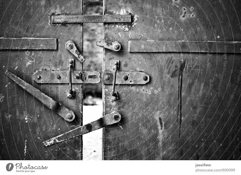 Eisentür Industrieanlage Fabrik Ruine Tür Metall Stahl Rost Neugier Eisentuer Industrieruine Ruhrgebiet Tuer Griff Türspalt Verriegelung verfallen morbide