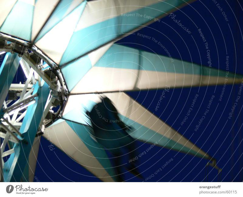 Nachtflug Freude schwarz Einsamkeit Glück fliegen Geschwindigkeit Stern (Symbol) Alkoholisiert Jahrmarkt Wien Karussell Vergnügungspark Prater Sesselkarussell Vor dunklem Hintergrund