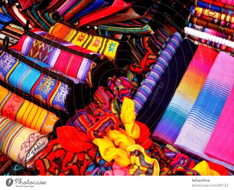 los colores del Ecuador blau rot gelb Farbe rosa Markt mehrfarbig