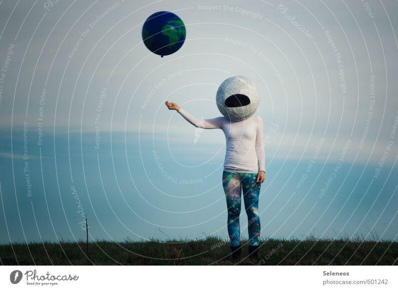 Fernweh. Ausflug Abenteuer Mensch 1 Umwelt Natur Himmel Wolken Gras Luftverkehr Weltall Erde Planet Astronaut Helm Pullover Leggings Luftballon Ferne Sehnsucht