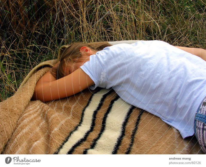 total müde Frau Erholung Gras Feld schlafen Decke
