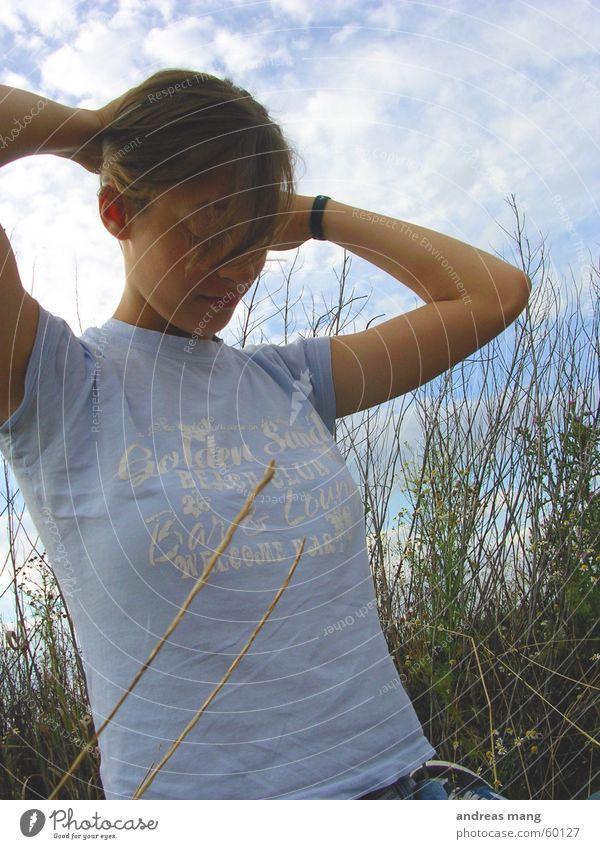 01 Feld Frau Gras Wolken Haare & Frisuren Himmel field woman