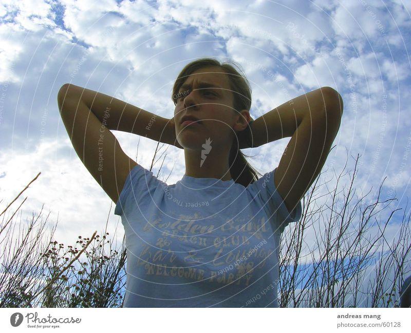 02 Feld Frau Gras Wolken Haare & Frisuren Himmel field woman thinking Denken Blick looking