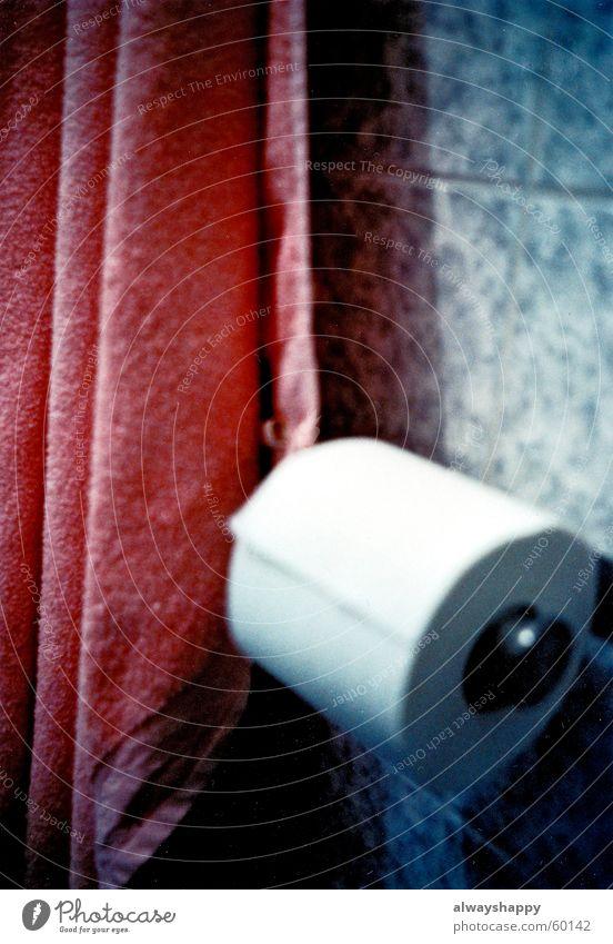 endlich ruhe. Handtuch rosa Belichtung Holga Unschärfe Frieden ruhig Geborgenheit Rückzug Toilette klorolle towel tiles Fliesen u. Kacheln Marmor