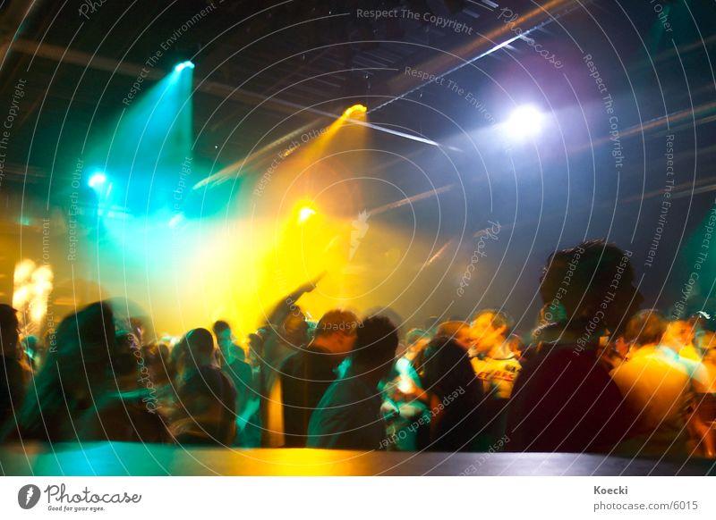 Party People II Farbfoto Innenaufnahme Abend Kunstlicht Licht Kontrast Reflexion & Spiegelung Lichterscheinung Langzeitbelichtung Unschärfe Bewegungsunschärfe