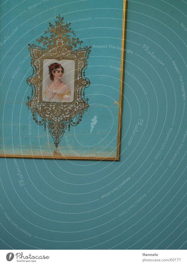 lady auf blau Frau Dame Schnörkel Tapete Wand Nostalgie Reichtum reich Porträt Wohnung Gast Muster Raum gestalten türkies gold Rahmen altmodisch Bild Kassel