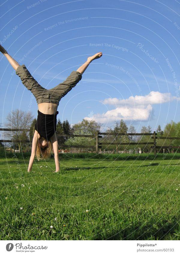 hoch hinaus Handstand Wiese Fröhlichkeit Sommer Wolken Zaun Turnen auf dem Kopf Freude Blauer Himmel Sport Mensch frei Freiheit