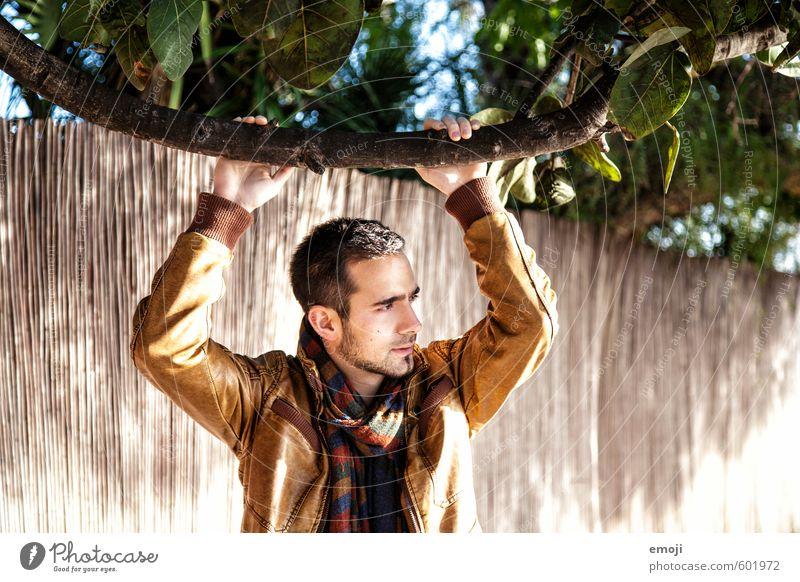 he maskulin Junger Mann Jugendliche 1 Mensch 18-30 Jahre Erwachsene Jacke Leder Schal schön Wärme Farbfoto Außenaufnahme Tag Schwache Tiefenschärfe Porträt