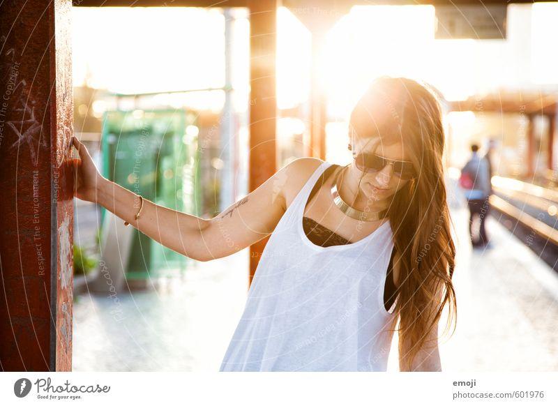 she feminin Junge Frau Jugendliche 1 Mensch 18-30 Jahre Erwachsene Sonnenbrille Haare & Frisuren brünett langhaarig schön Wärme Farbfoto Außenaufnahme Tag