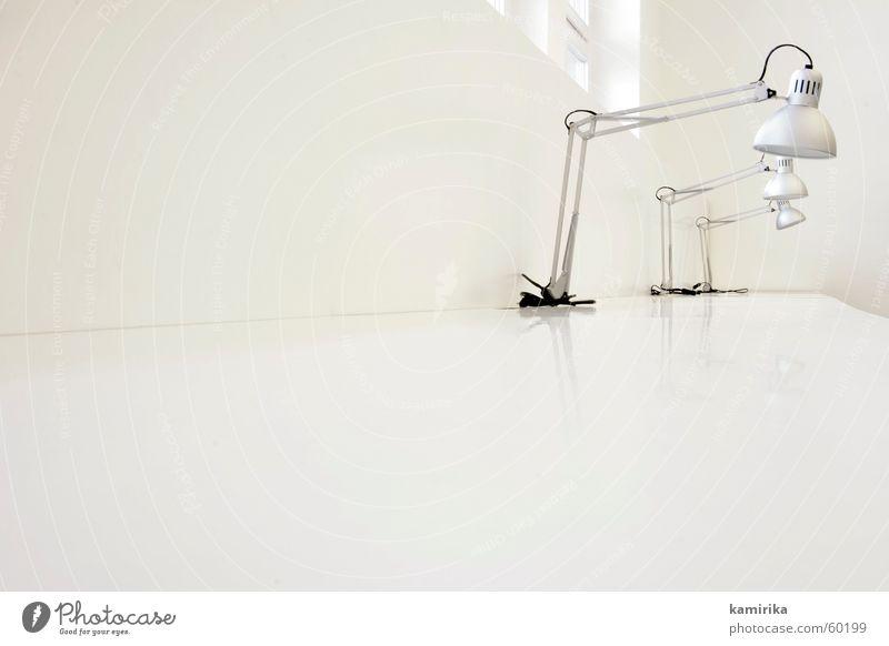 whiteoffice #4 weiß kalt Arbeit & Erwerbstätigkeit Fenster Stil Büro Lampe Metall hell Design modern ästhetisch Tisch Sauberkeit