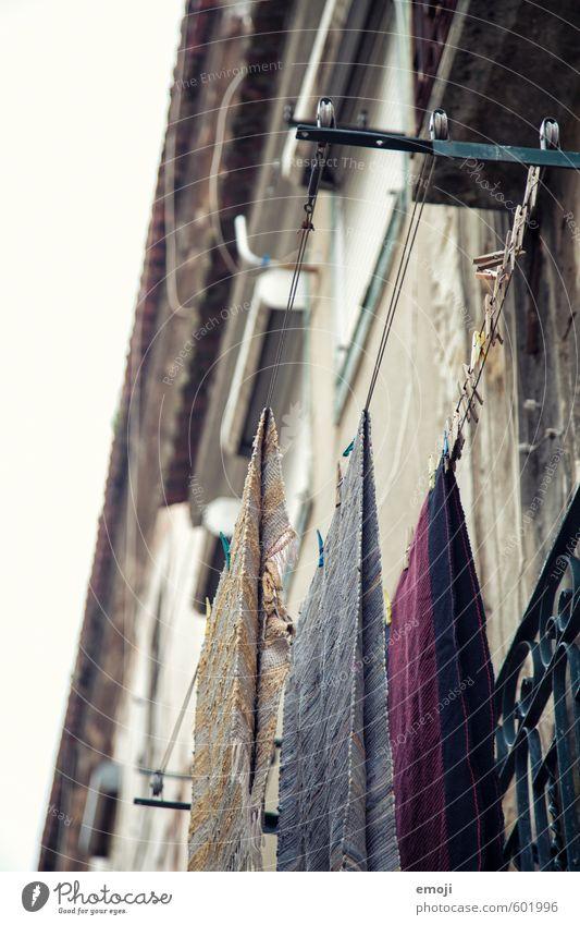 Wäsche Menschenleer Haus Einfamilienhaus Gebäude Mauer Wand Fassade alt Armut Wäscheleine Farbfoto Außenaufnahme Tag Schwache Tiefenschärfe