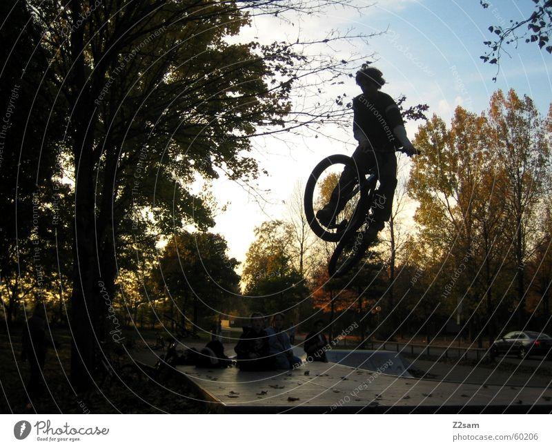 Tailwip Motorradfahrer springen Sportpark dirt Funpark Air Sonnenaufgang Trick Jump