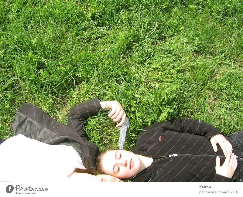 stefan / rike grün Wiese Gras liegen Anzug bleich Waffe Pistole Michaeliskirche