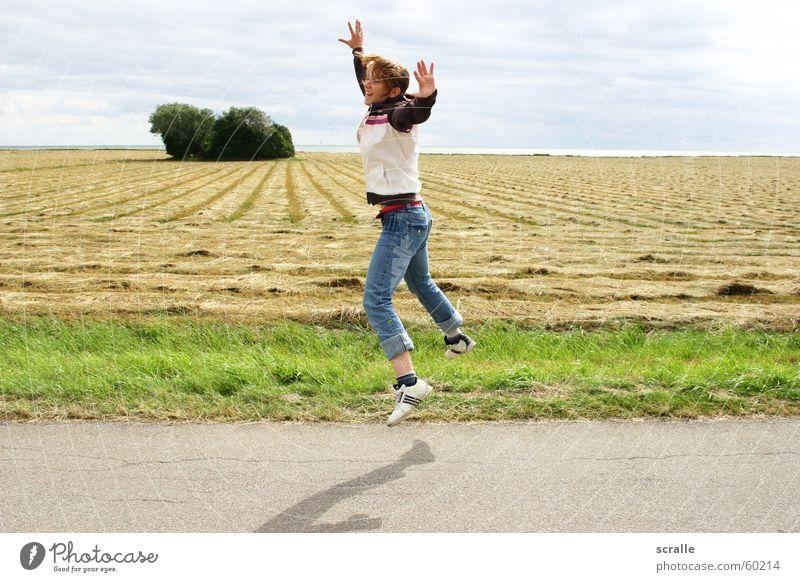 Freude in Dänemark Frau Gefühle springen Küste hüpfen