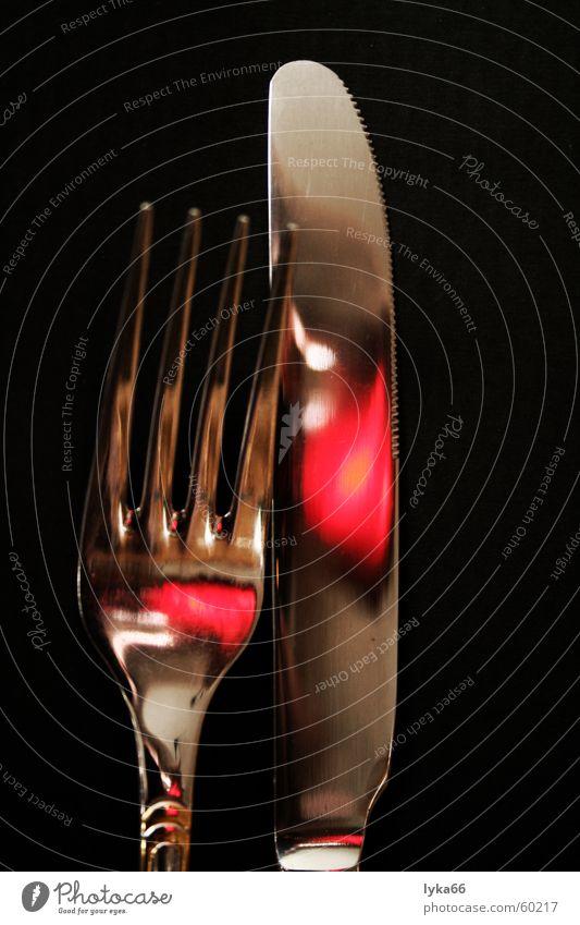 Geschwisterpaar im Lichterspiel Ernährung Beleuchtung Lichtspiel Messer Besteck Gabel