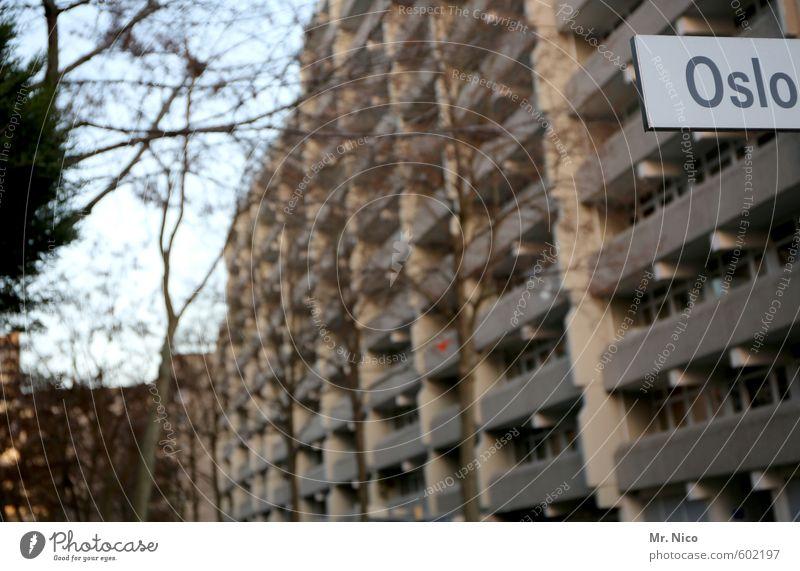 wo bin ich ? Umwelt Pflanze Baum Kleinstadt Stadt Hafenstadt Hochhaus Gebäude Architektur Fassade Balkon Gesellschaft (Soziologie) Stadtteil Oslo trist