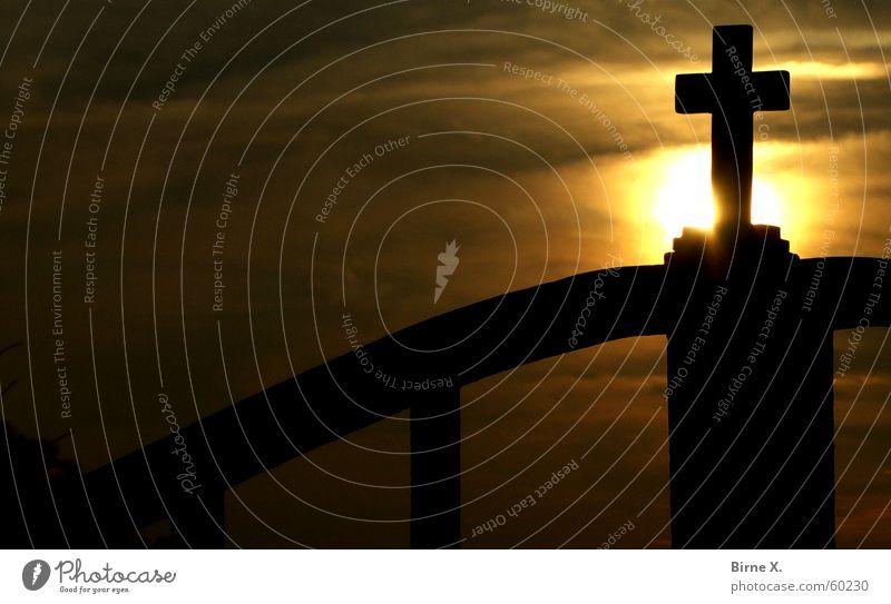 The Cross Sonne Religion & Glaube Rücken Tor Christliches Kreuz Kruzifix Abenddämmerung Eisen Gott Götter Christentum Schmiedeeisen Schmiedekunst Eisentor