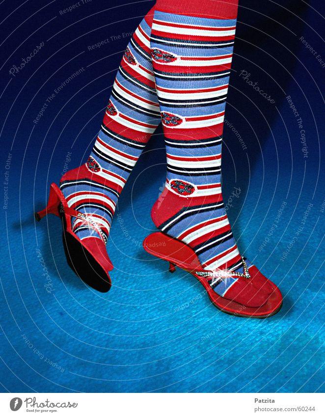 Streifenhörnchen weiß blau rot Farbe Fuß Beine Beleuchtung glänzend Lebensfreude Schmuck Strümpfe Zehen Teppich Diamant