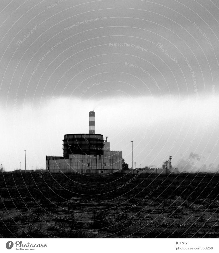 akw out of order trist dunkel Ödland Fabrik Arneburg kkw Schwarzweißfoto Industriefotografie Stromkraftwerke Schornstein meiler powerplant