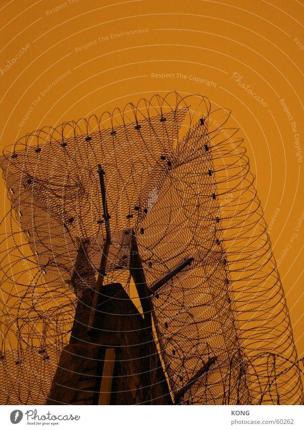 drahtig Stacheldraht Nacht braun Mauer Ausbruch gefangen Haftstrafe Cottbus Justizvollzugsanstalt jail prison barbed wire orange Himmel