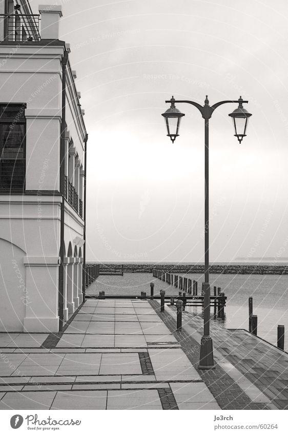 Am Meer weiß schwarz Einsamkeit Stil Traurigkeit See Trauer Ordnung Romantik Sauberkeit Hotel Ostsee Nostalgie Rostock Mecklenburg-Vorpommern