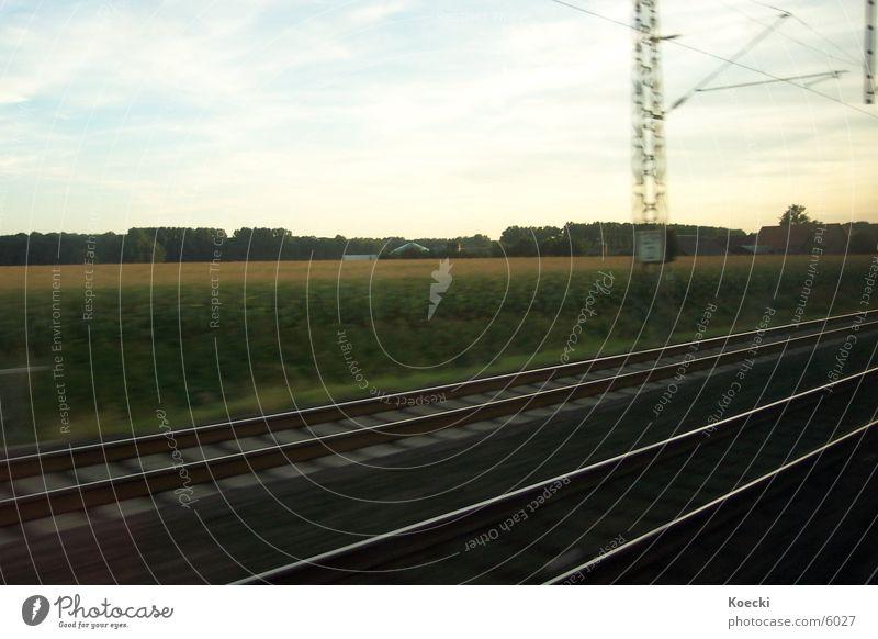 Schienen auf dem Lande Eisenbahn Gleise Feld Baum Strommast Kies Silo Wolken Verkehr Bahnhof Stein Himmel