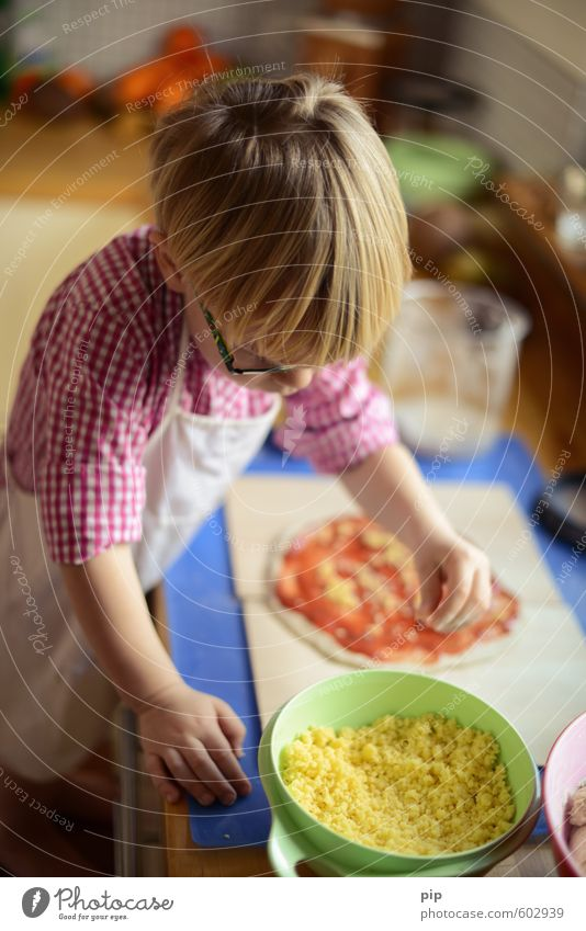kindermenü Teigwaren Backwaren Pizza Käse Topf Kind Junge Kindheit Kopf Haare & Frisuren Arme Hand 1 Mensch 3-8 Jahre selbstbewußt Freude Küche Konzentration