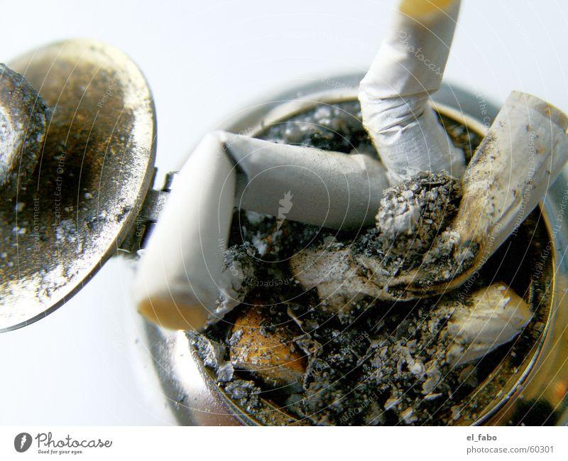 langeweile Metall genießen Rauch Zigarette Aschenbecher Zigarettenstummel