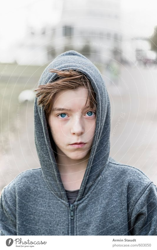Porträt - Hoodie Mensch Kind Jugendliche schön ruhig grau Stil natürlich Mode Stimmung träumen maskulin Kindheit stehen ästhetisch einfach