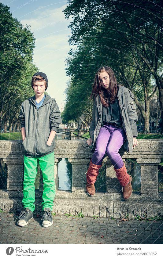 Zwei Teenager auf der Kö Mensch Kind Natur Jugendliche Stadt grün Baum Junger Mann feminin Stimmung maskulin Lifestyle Kindheit sitzen 13-18 Jahre warten