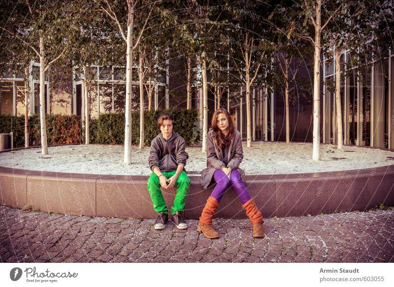Zwei Teenager sitzen rum Lifestyle Ausflug Sightseeing Sommer Mensch maskulin feminin Frau Erwachsene Mann Geschwister Bruder Schwester Jugendliche Leben 2