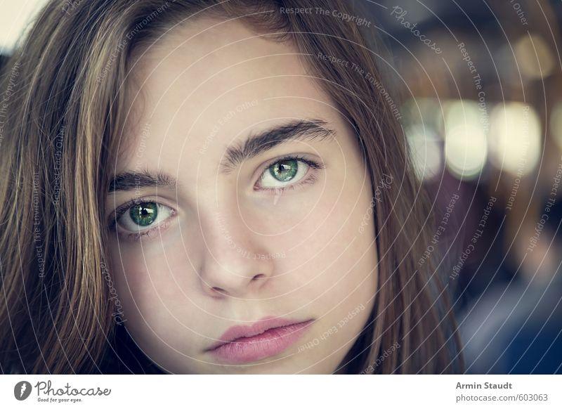 Portäit eines Mädchens Mensch feminin Frau Erwachsene Jugendliche 1 13-18 Jahre Kind Verkehrsmittel Bus brünett Blick sitzen ästhetisch authentisch einfach